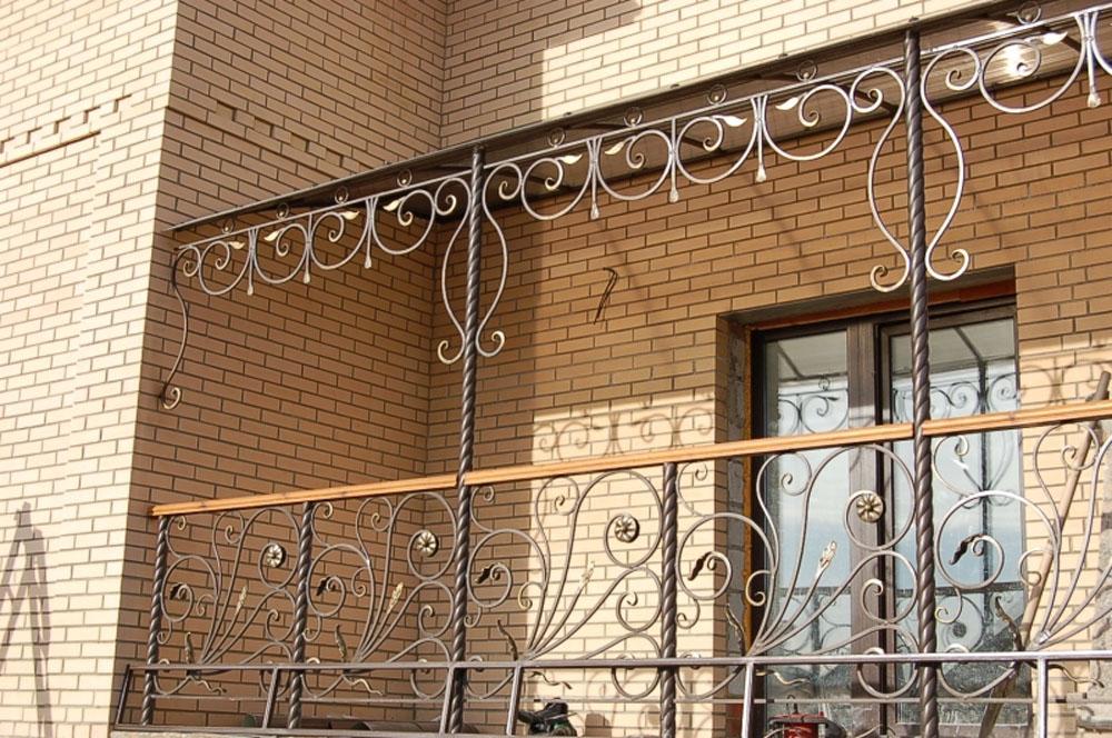 Кованые перила балконов, террас, лестниц.